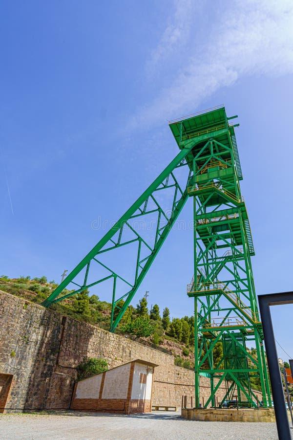 Det gröna tornet av en väl extraktion av en min av saltar eller pottaska i obruklighet royaltyfria bilder