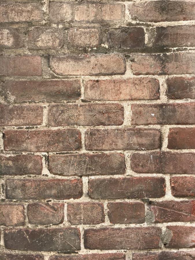 Det Grungy bruna slutet för tegelstenvägg med målarfärg plaskar upp arkivfoton