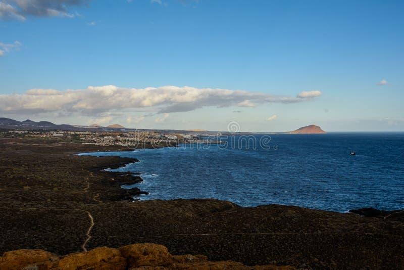 Det gula berget p? havkusten i Costa del Silencio, Tenerife royaltyfria foton