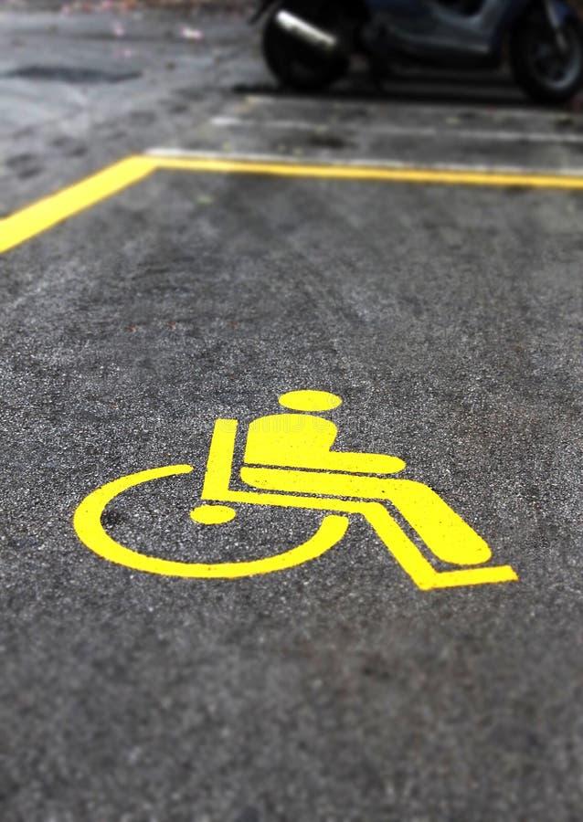 Det gula handikappet undertecknar in en parkering royaltyfria foton