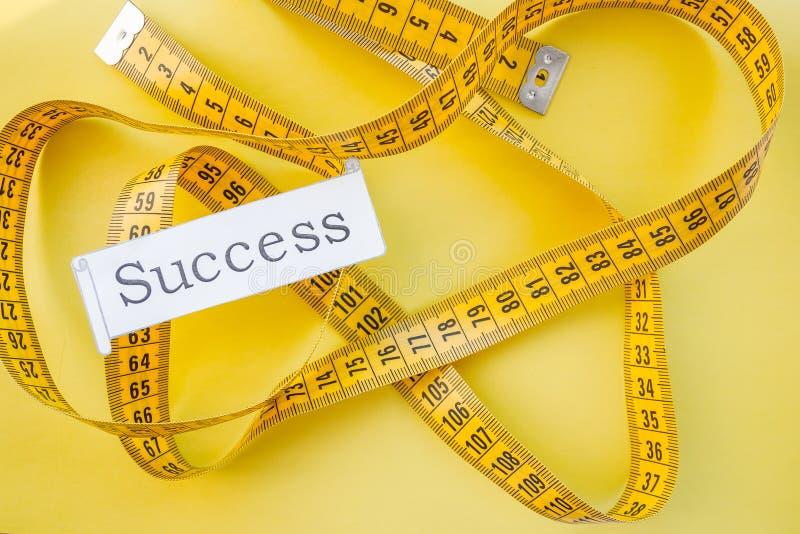 Det gula mäta klappet, bantar, drömmer för att vara det slanka sunda begreppet, resultat av kondition som joggar och klibbar till arkivbild