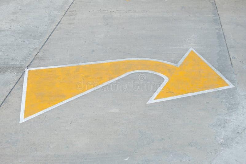 Det gula piltrafiktecknet indikerar den mindre vägen för att vända vänstersida till den viktiga vägen royaltyfria foton