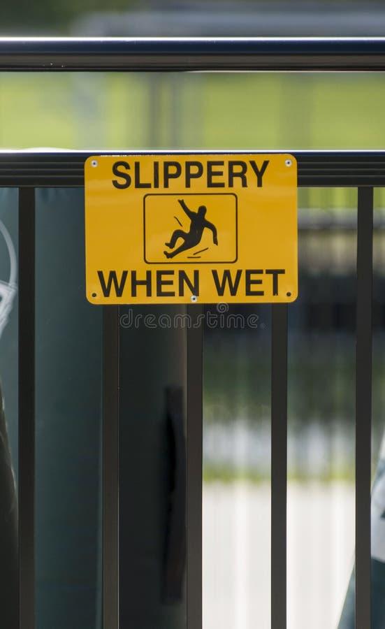 Det gula varningstecknet varnar att yttersida är hal `, när våt `, royaltyfri foto