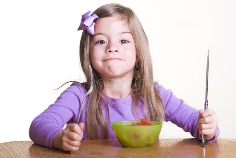 det gulliga barnet äter sunt ready till royaltyfria bilder