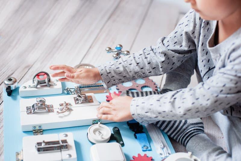 Det gulliga lilla barnet behandla som ett barn att spela med det hemmastadda upptagna br?det arkivbilder