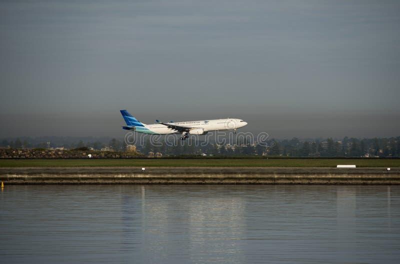 Det Guruda flyget från Indonesien ankommer Kingsford-smeden flygplatsen sydney royaltyfria bilder