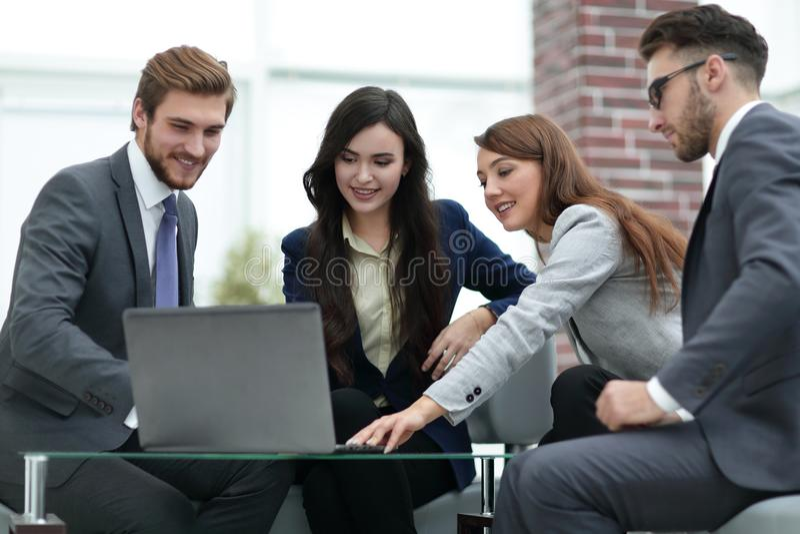Det härliga affärsfolket använder en bärbar dator under conferenen fotografering för bildbyråer
