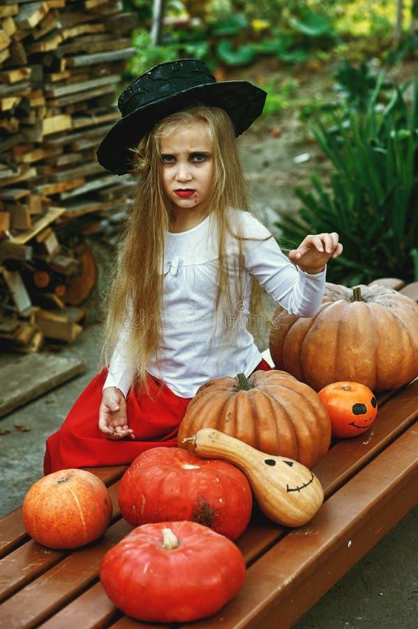Det härliga barnet behandla som ett barn flickan i häxadräkt utomhus royaltyfri bild