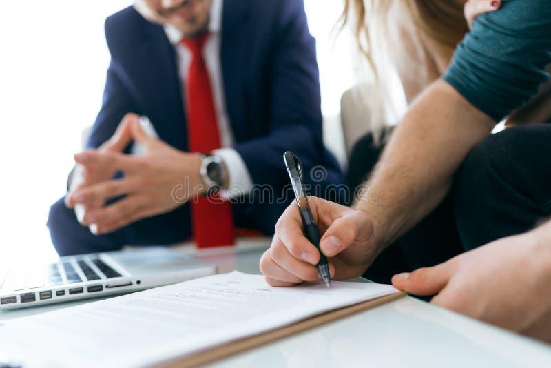 Det härliga barnet kopplar ihop det undertecknande finansiella avtalet i kontoret royaltyfri bild