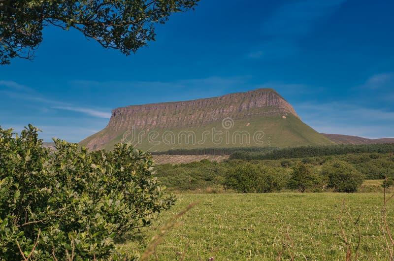 Det härliga berget Ben Bulbin i Irland arkivbild