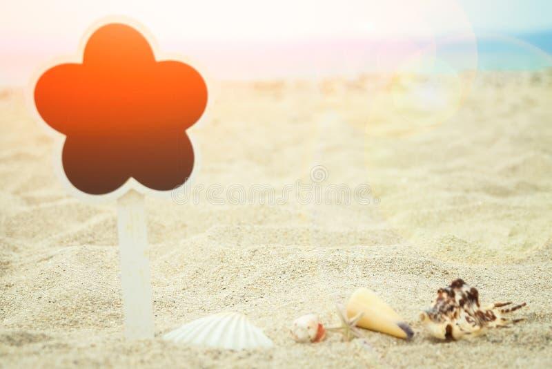Det härliga brädet undertecknar in sanden av den havsGrekland bakgrunden royaltyfri fotografi