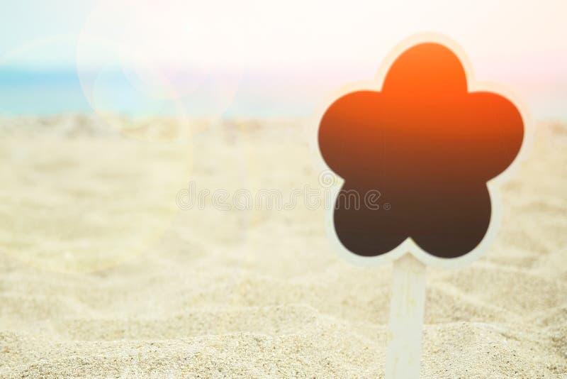 Det härliga brädet undertecknar in sanden av den havsGrekland bakgrunden arkivfoton