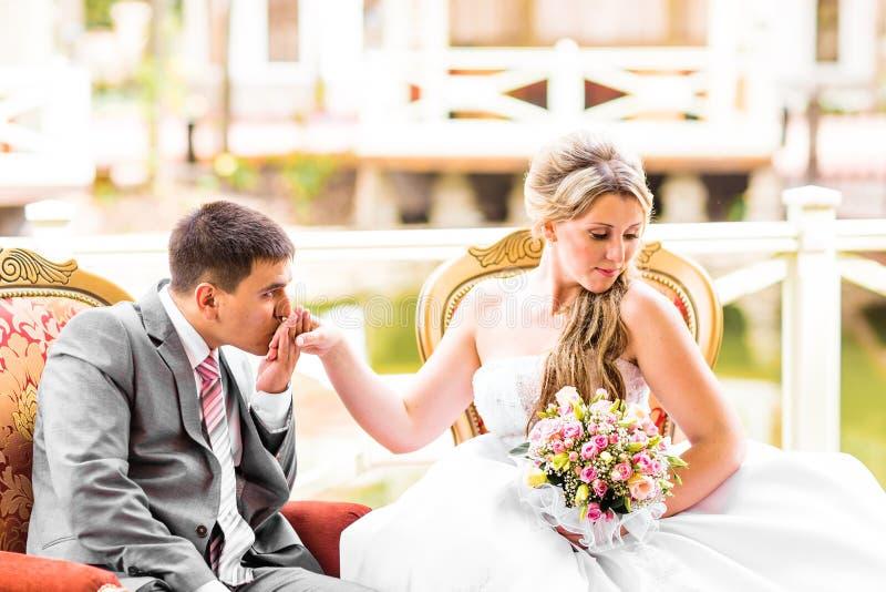 Det härliga bröllopparet tycker om att gifta sig royaltyfria bilder