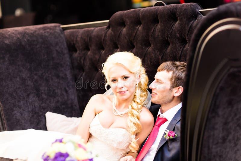 Det härliga bröllopparet tycker om att gifta sig royaltyfria foton