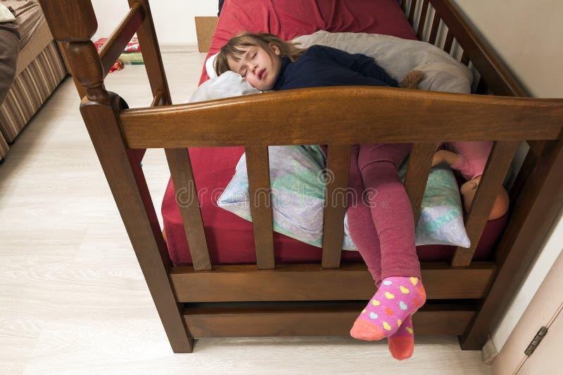 Det härliga förtjusande liten flickabarnet sover i säng drömlikt royaltyfri fotografi