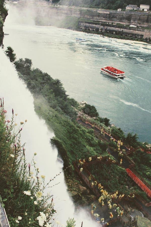 Det härliga flyg- skottet av Niagara Falls med turnerar fartyget på vattnet arkivbilder