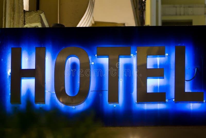 Det härliga hotellet undertecknar in Grekland Neon undertecknar med uttryckahotellet royaltyfri foto