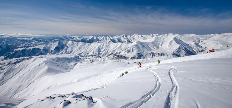 Det härliga landskapet av Kaukasus berg, Gudauri skidar semesterort, G royaltyfri foto
