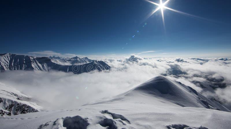Det härliga landskapet av Kaukasus berg, Gudauri skidar semesterort, G fotografering för bildbyråer