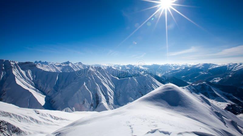 Det härliga landskapet av Kaukasus berg, Gudauri skidar semesterort, G royaltyfria bilder