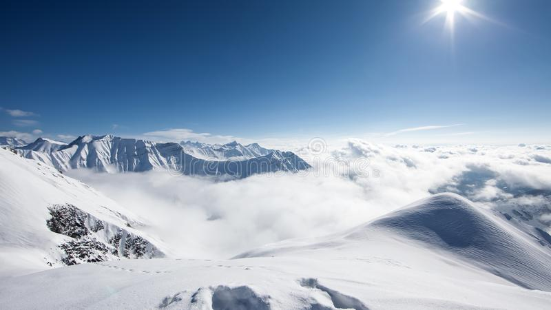 Det härliga landskapet av Kaukasus berg, Gudauri skidar semesterort, G royaltyfri fotografi