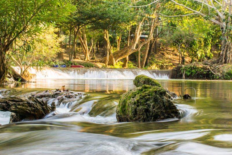 Det härliga landskapet avbildar med vattenfallet i Saraburi, Thailand fotografering för bildbyråer