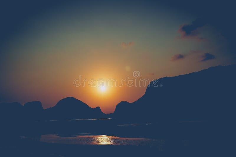 Det härliga landskapet med berget vaggar Soluppg?ng i bergen Sol som st?ller in ?ver kullar royaltyfri bild