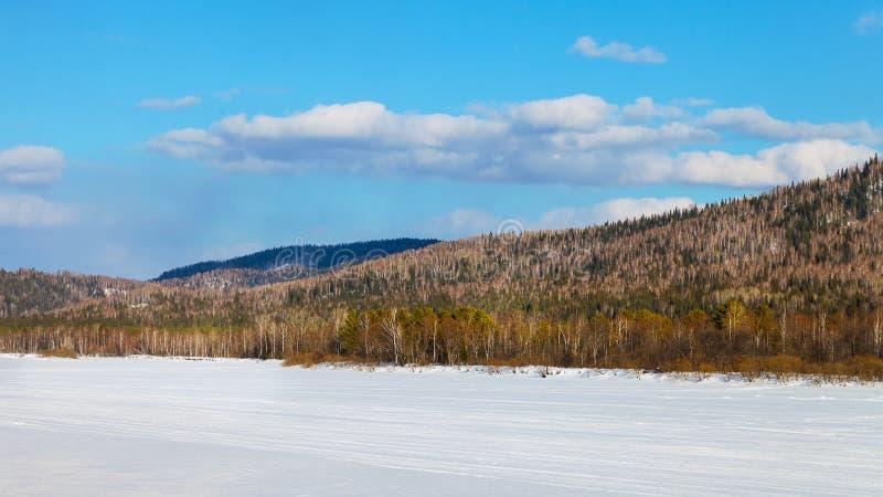 Det härliga landskapet med skidar körningen på den djupfrysta floden arkivbild