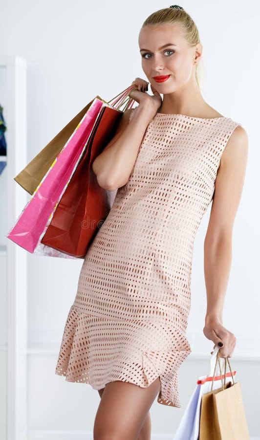 Det härliga le gå bärande klänninginnehavet för kvinnan färgade PA arkivfoton
