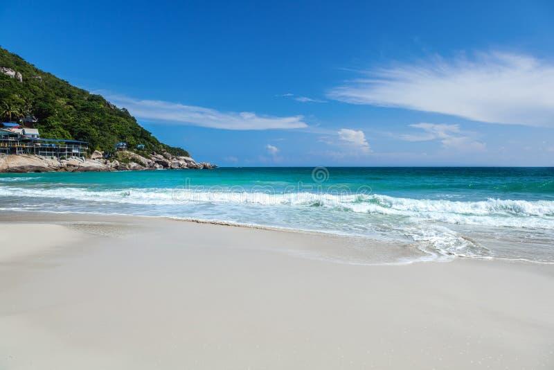 Det härliga ljusa tropiska landskapet, gör perfekt stranden, blå himmel, wh royaltyfria foton
