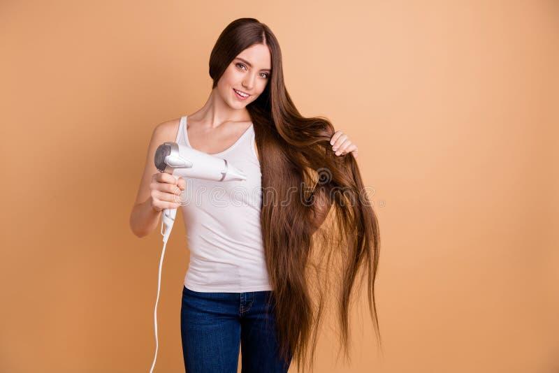 Det härliga nära övre fotoet förbluffa henne tycker om hon damarmhänder för att rymma mycket lång utrustning för hårkrullningsutt royaltyfri fotografi