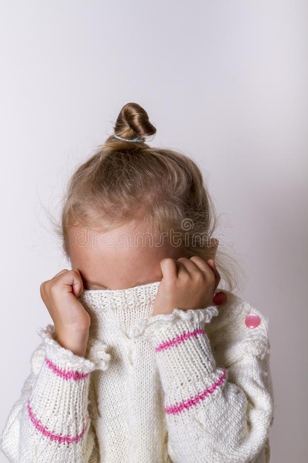 Det härliga naturliga barnet skyggar flickan med att le ögon som bär den stack tröjan arkivfoto