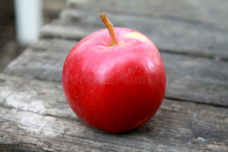 Det härliga nya saftiga mogna röda äpplet ligger på tabellen royaltyfri fotografi