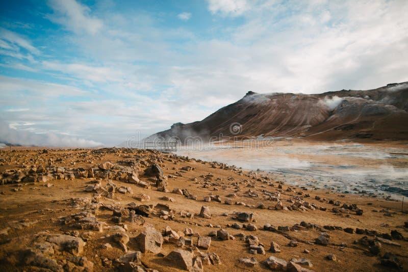 det härliga sceniska icelandic landskapet med vaggar, berg och Hot Springs royaltyfri foto