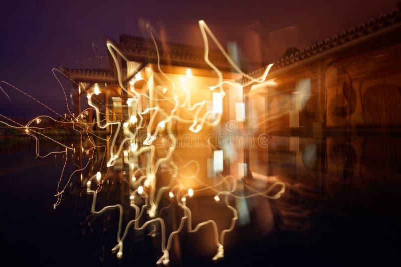 Det härliga skottet av husljus med spårar effekt på nattetid royaltyfria foton