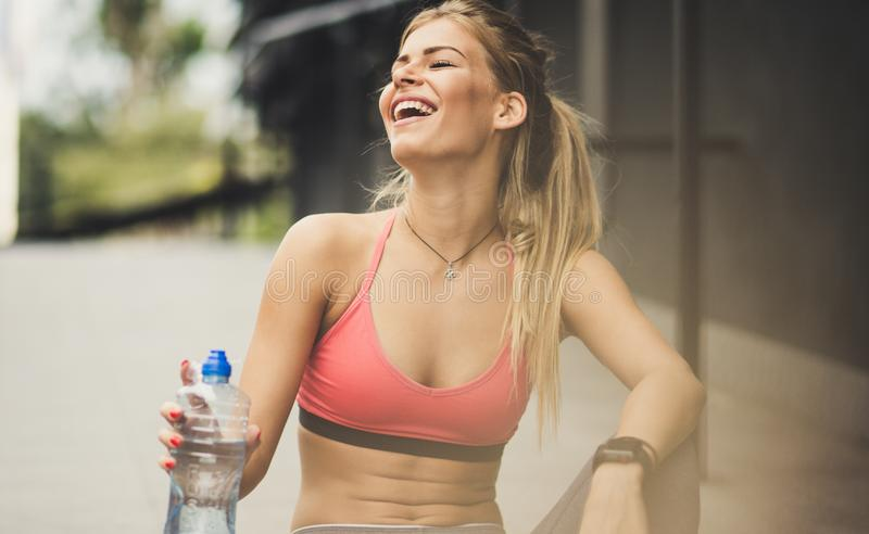 Det höga skrattet är ett tecken av lycka arkivfoto