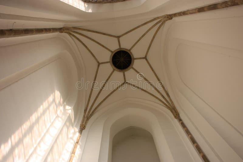 Det höga taket av kyrkan av en kyrka som från inre ses arkivfoton