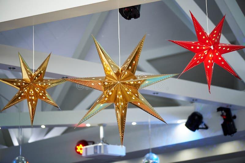 Det höga vita taket med utsatta strålar Dekorerad jul som skiner stjärnor Hem- dekor Backlit fotografering för bildbyråer