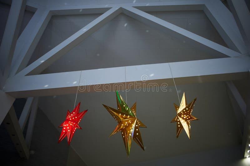 Det höga vita taket med utsatta strålar Dekorerad jul som skiner stjärnor Hem- dekor Backlit royaltyfria bilder