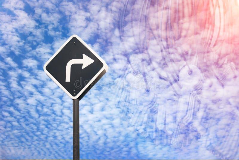 Det högra vägbegreppet vid trafiktecknet och många stämmer royaltyfria bilder