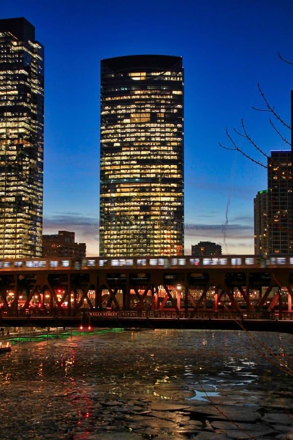 Det högstämda drevet för `-el-` korsar Chicago River under aftonrusningstid i Chicago arkivfoto