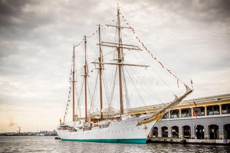 Det högväxta skeppet förtöjde i havannacigarren, Kubahamn royaltyfria foton