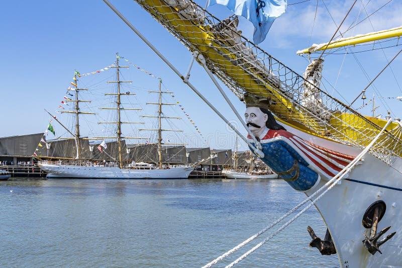 Det högväxta skeppet Mircea med dess härliga galjonsfigur med i bakgrunden skeppen Cisne Branco och Europa royaltyfria bilder