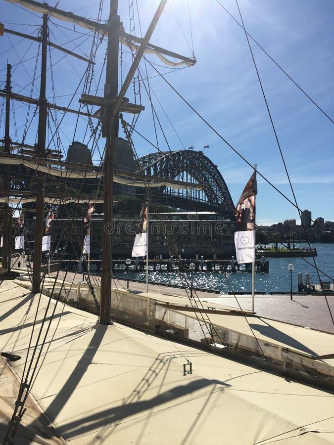Det högväxta skeppet på vaggar royaltyfria bilder