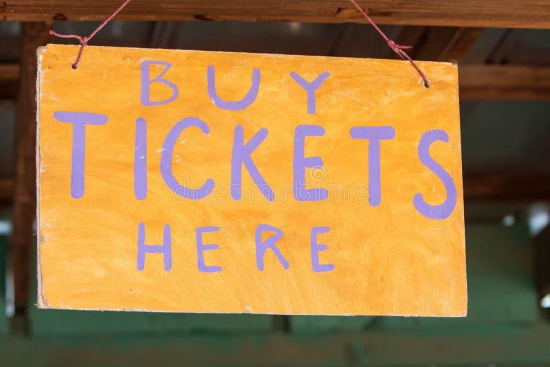 Det handgjorda tecknet instruerar karnevalbeskyddare var att köpa biljetter royaltyfri bild