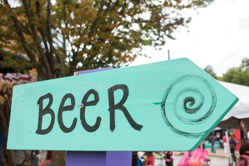 Det handgjorda tecknet pekar festivalbeskyddare till öl arkivfoton