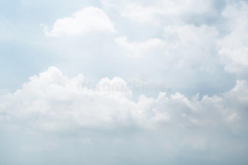 Det har målat av molnig himmel Dagligt skapar himlen ny atmosfär arkivbilder