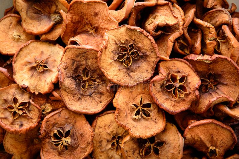 Det hemlagade sol-torkade frasiga äpplet för organiska äppleskivor gå i flisor bakgrund Top beskådar Närbild fotografering för bildbyråer
