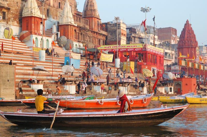Det hinduiska folket är den rituella badningen för danande på ghats i heliga Ganges River, Varanasi arkivbilder