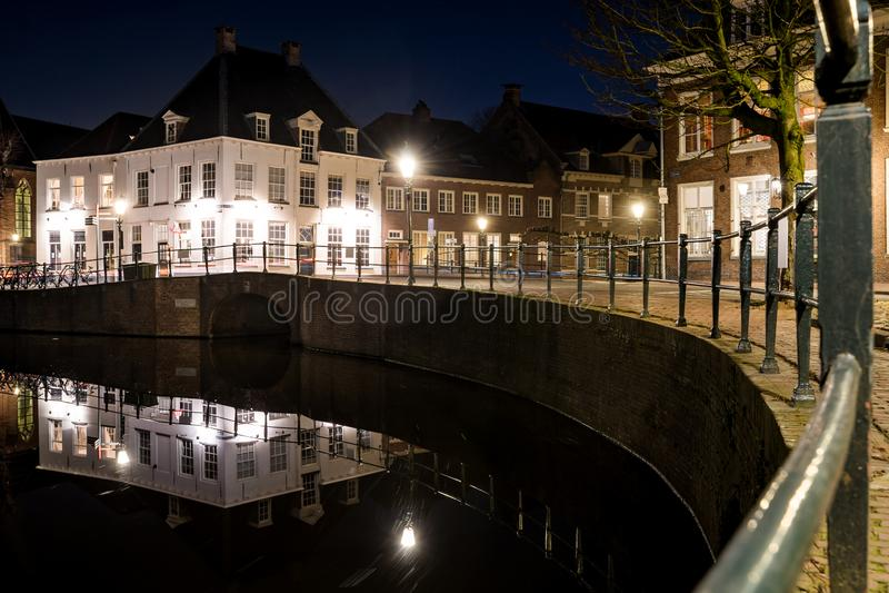 Det historiska centret av den holländska staden Amersfoort i aftonen med dess gamla monument och atmosfäriska gator royaltyfri foto